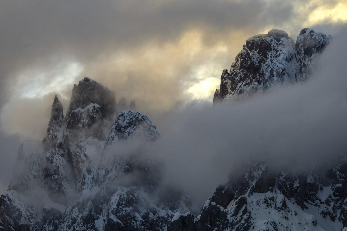 горы просыпаются сквозь тучей - Георгий А