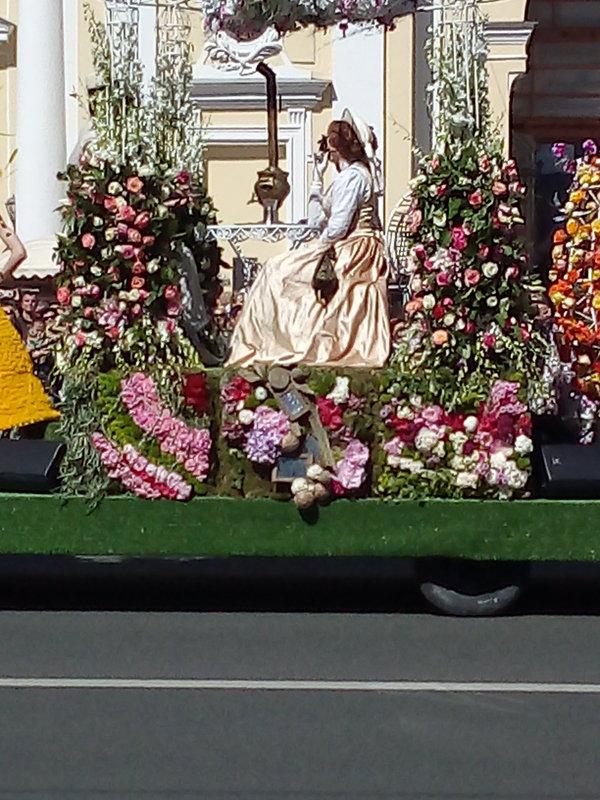 Платформа украшенная цветами с Парада цветов. - Светлана Калмыкова