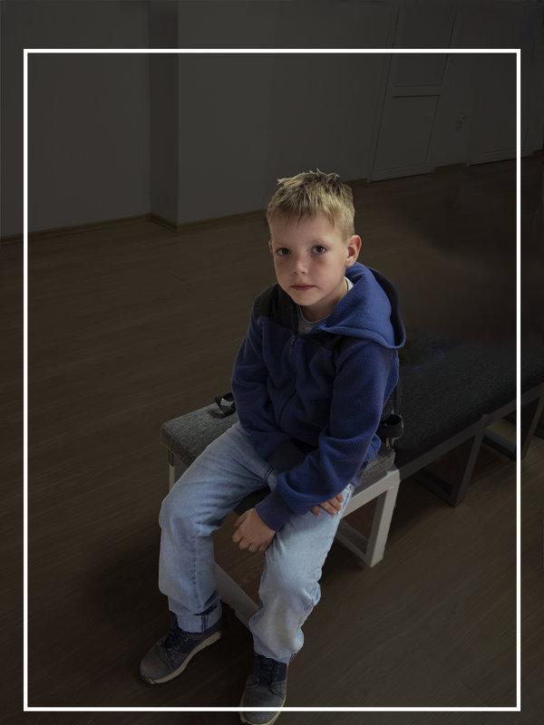Одинокий зритель на выставке - Евгений