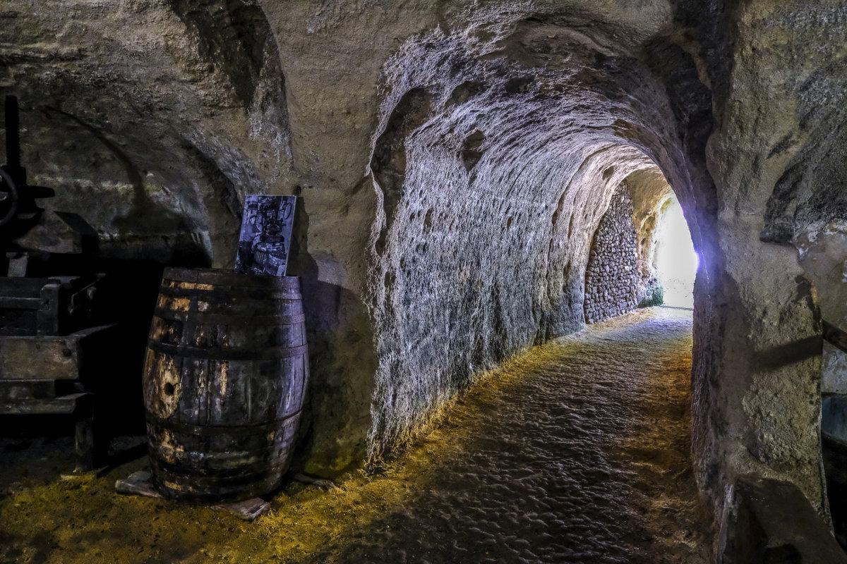 хранилище вина в подземном городке Рошменье (Rochemeunier) - Георгий А
