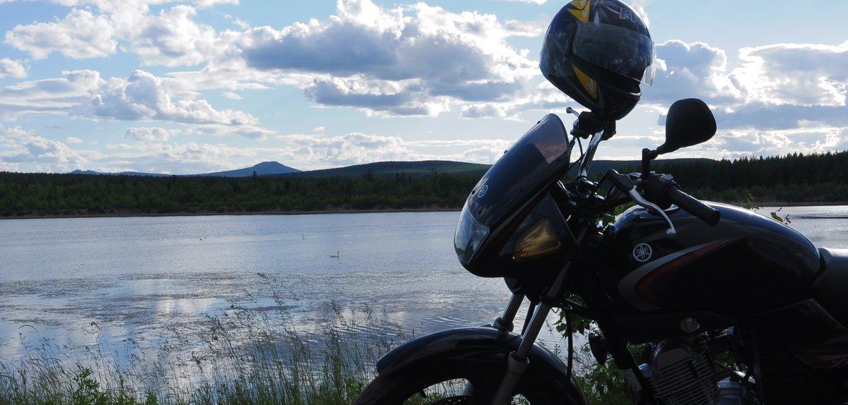 Чёрная Yamaha и одинокий белый лебедь на пруду. - Александр
