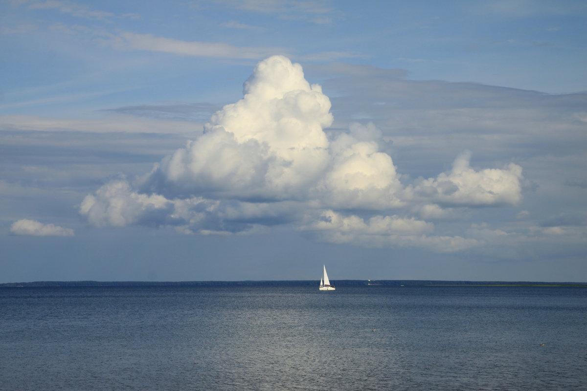 Над озерной гладью облако плывет...