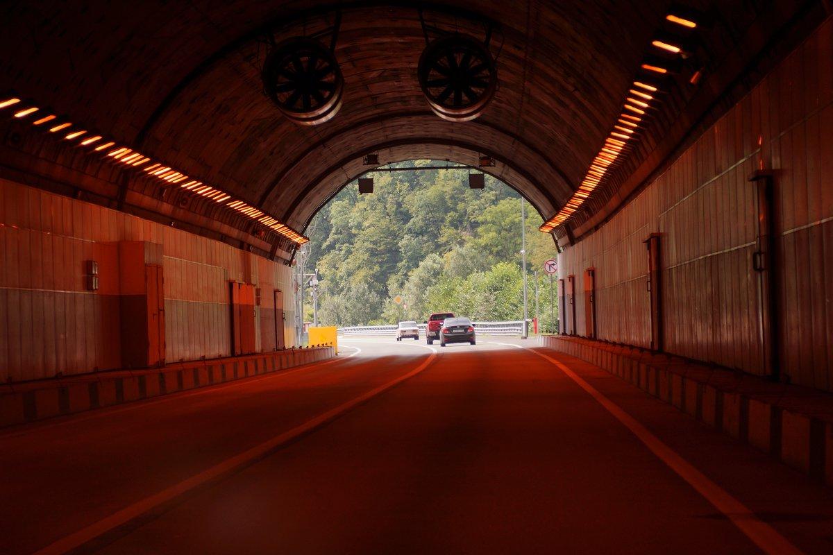 Тунель по дороге с Красной поляны в Сочи. - Алексей Golovchenko