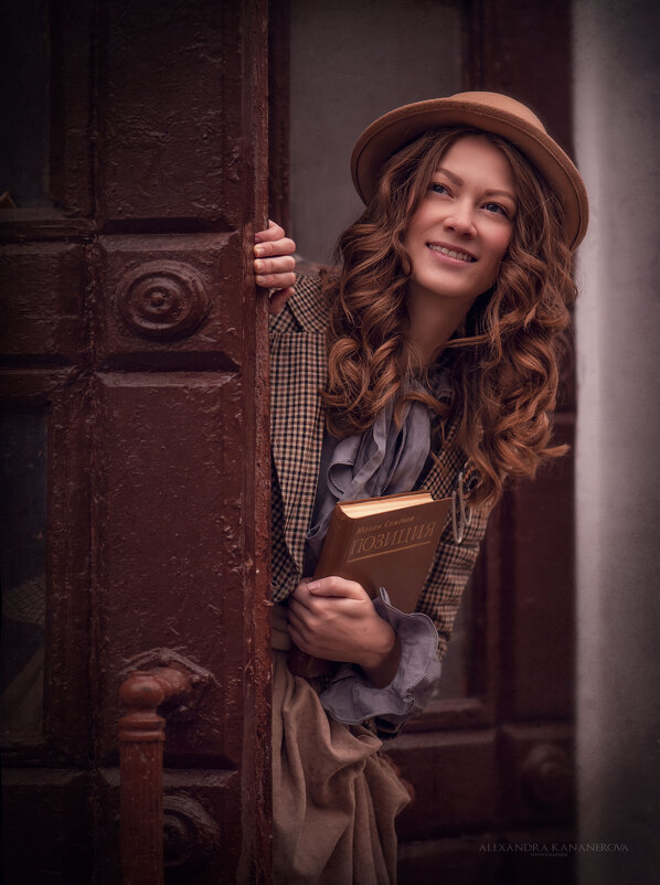 Девушка с книжкой - Kananphoto