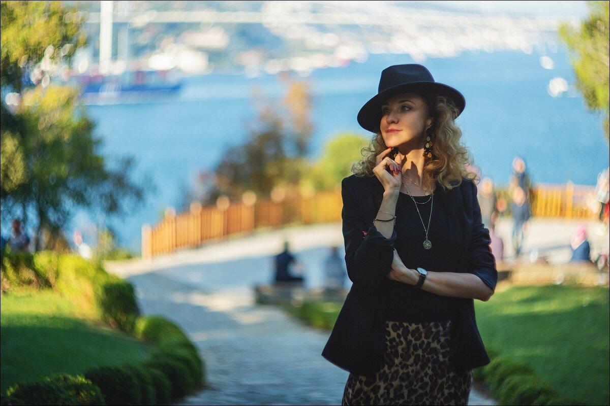 Портрет в шляпе на фоне Босфора - Ирина Лепнёва