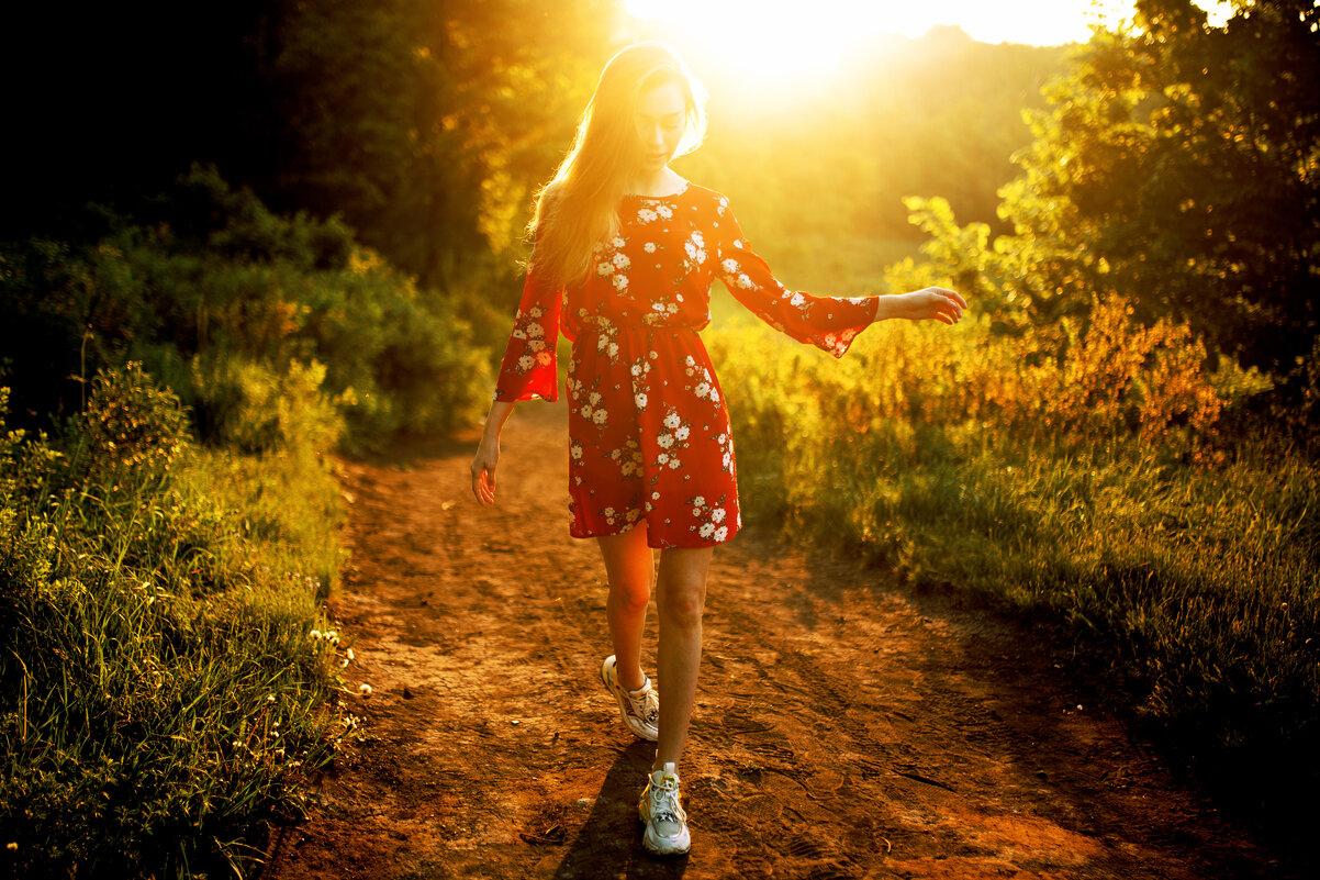 Девушка в красном платье с цветами идет по лесной тропинке на рассвете - Lenar Abdrakhmanov