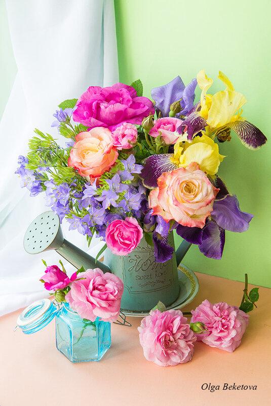 Букет с розами и ирисами - Ольга Бекетова