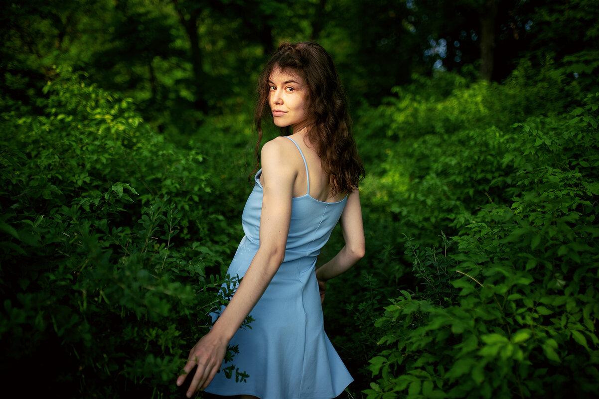 Девушка в красивом голубом платье гуляет по лесу и оборачивается на камеру - Lenar Abdrakhmanov