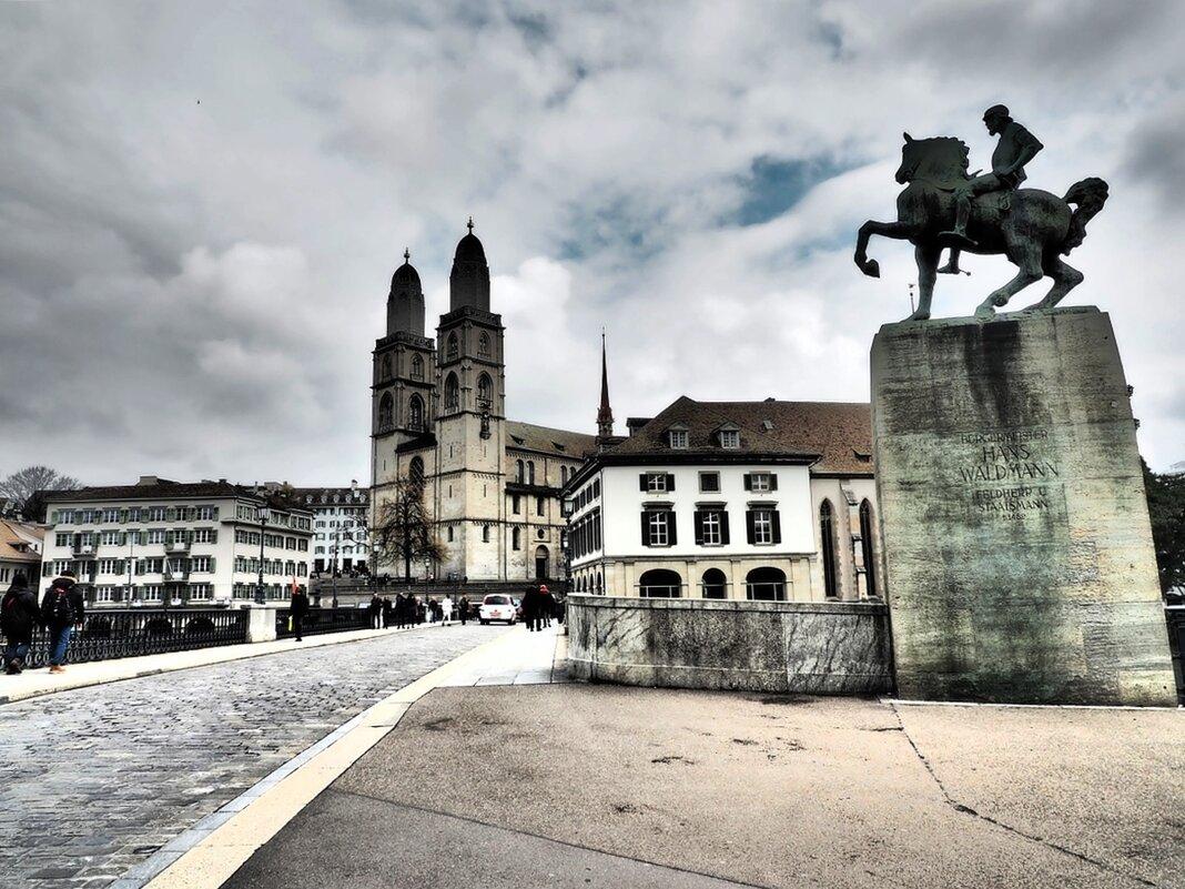 Памятник Хансу Вальдману на фоне церкви Гросмюнстер в Цюрихе - Alm Lana