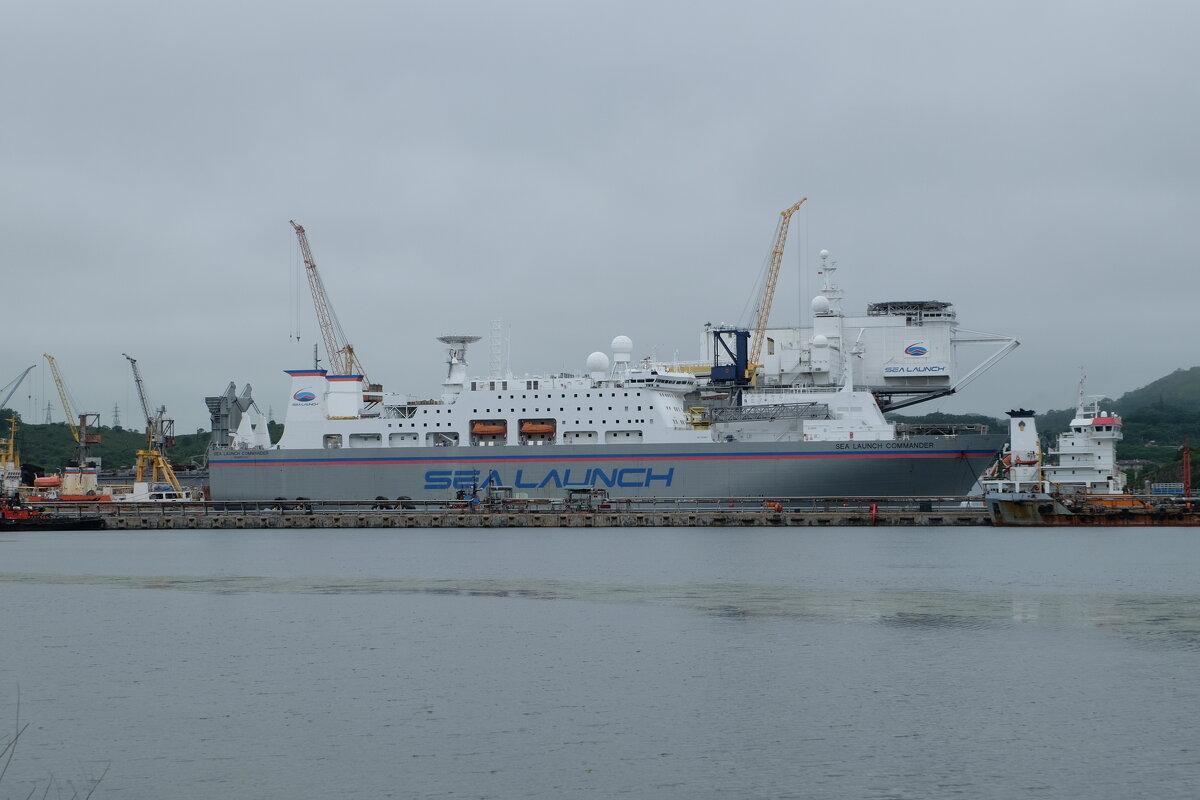 Плавучая платформа «Одиссей» и корабль Sea Launch Commander. - Павел Бескороваев