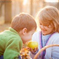 Делиться яблочком с братиком) :: Алиса Еникеева