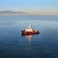 Красный корабль в голубой бухте :: Valeriy(Валерий) Сергиенко