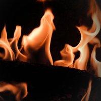 Бьется в тесной печурке огонь :: Елена Миронова