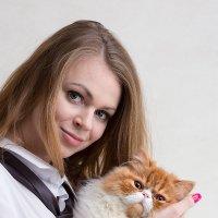 Портрет девушки с рыжим котом на руках :: Анатолий Тимофеев