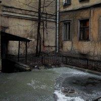 Мрачные дворики Петербурга. :: Anton Lavrentiev