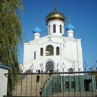 Смоленск. Церковь Святых Новомучеников Российских. Вид со стороны центрального входа. :: Vladimir Krivoyvan