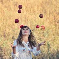 Девушка с яблоками :: Viktoria Anufrieva