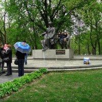 У памятника Т.Г.Шевченко :: юрий иванов
