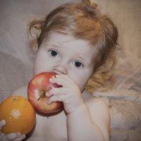 Девочка с фруктами :: Sasha Chuchelina