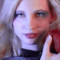 Девушка с гранатом :: Мария Шумаева