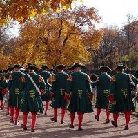 За оркестром по аллеям парка :: Наталия Короткова