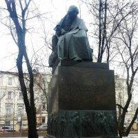 Памятник Н.В. Гоголю у дома-музея на Никитском бульваре :: Владимир Прокофьев