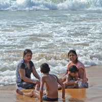Индия. Мамы и дети на пляже :: Владимир Шибинский