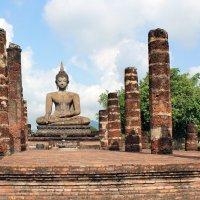 Таиланд. Сукхотай. Развалины храма и статуя Будды :: Владимир Шибинский