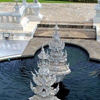 Таиланд. Чанг-Рай. Пруд вокруг Белого храма :: Владимир Шибинский