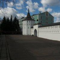 Стена и башня Свято-Данилова монастыря :: Владимир Прокофьев