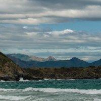 Громадные тучи нависли над морем и скрыли блистательный день. :: Жанна Мальцева