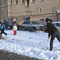 Я бегу, как от огня: папа целится в меня! :: Ирина Данилова