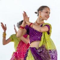 Индийский танец на городском празднике :: Леонид Никитин