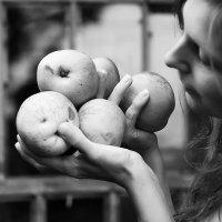 девушка с яблоками :: виктор омельчук