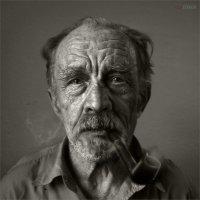 Он курит трубку...трубку курит дядя Толя сосед... :: Виктор Перякин