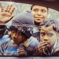 Дети за стеклом лимузина, Индия :: Максим Музалевский