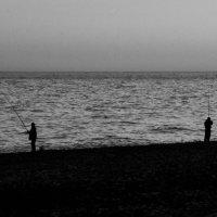 Жизнь рыбака - фото 1 (ЧБ) :: Марина Шалкичёва