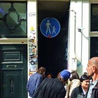 самая узкая улица Амстердама :: Александр Корчемный
