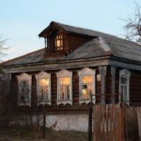 Закат смотрит в окна старого бревенчатого дома :: NICKIII Михаил Г.
