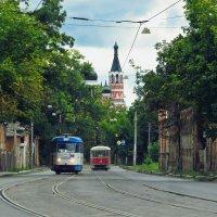 Старенькие трамваи Tatra органично выглядят на одной из старых улиц Харькова. :: Светлана Росинская