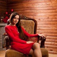 Девушка в красном :: Алексей Ерыкалин