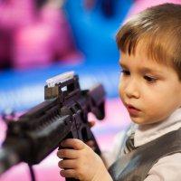 Мальчик с автоматом :: Дмитрий Маслов
