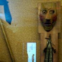 Утро в музее... ДИАЛОГ человека и барельефа/скульптуры? :: Sofia Rakitskaia