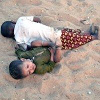 Индия. Калангут. Мальчики в тени на пляжном песке :: Владимир Шибинский