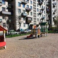 Обычный Питерский двор с Детской площадкой. :: Александр Лейкум