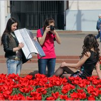 На фоне тюльпанов. :: Роланд Дубровский