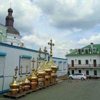 Во дворе церковной торговой лавки :: Ростислав