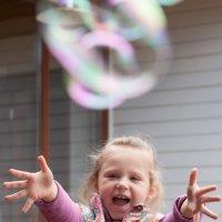 Ловец  мыльных пузырей :) :: Анастасия Богатова