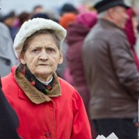 Пожилая женщина с газетой в руках :: Валерий Бочкарев