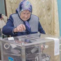 """""""Террористы"""" голосуют """"под дулом автоматов"""" Луганск :: Alexander Portniagyn"""